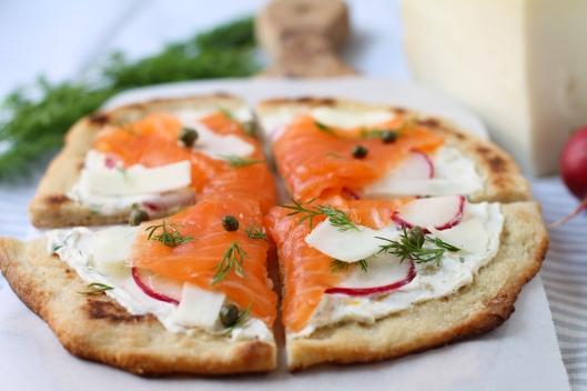 smoked salmon, smoked salmon pizza, salmon pizza, flatbread pizza, flatbread, snofrisk